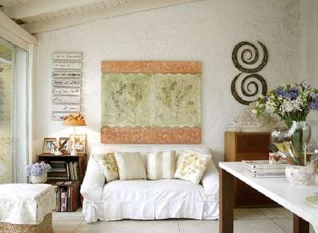 17. Sofá com capa branca e decoração clean. Fonte: Casa e Jardim