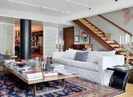 14. Sofá com capa branca se harmoniza com a decoração do espaço. Fonte: Casa e Jardim