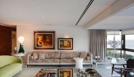19. Tecido para sofá com desenho estampado complementa a decoração da sala de estar. Projeto por Santos e Santos Arquitetura