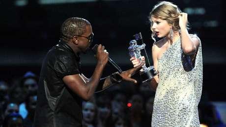 Momento em que Kanye West interrompe Taylor Swift em seu discurso de aceitação do VMA 2009.