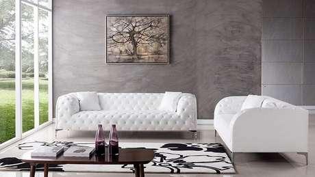 23. Tecido para sofá de couro branco para decoração minimalista. Fonte: Pinterest