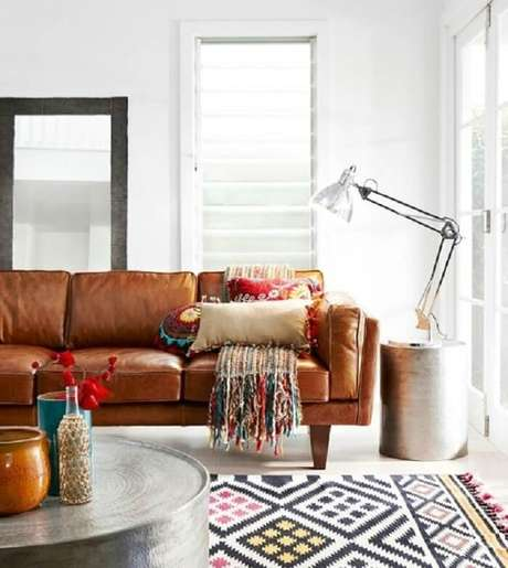24. Tecido para sofá de couro marrom encanta a decoração da sala de estar. Fonte: Pinterest