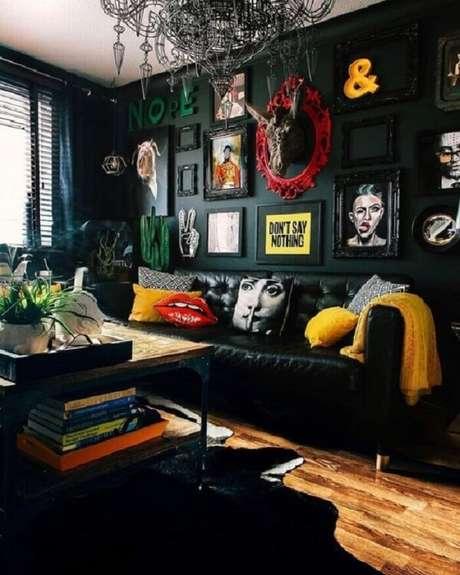 25. Tecido para sofá de couro preto destaca objetos decorativos do ambiente. Fonte: Pinterest