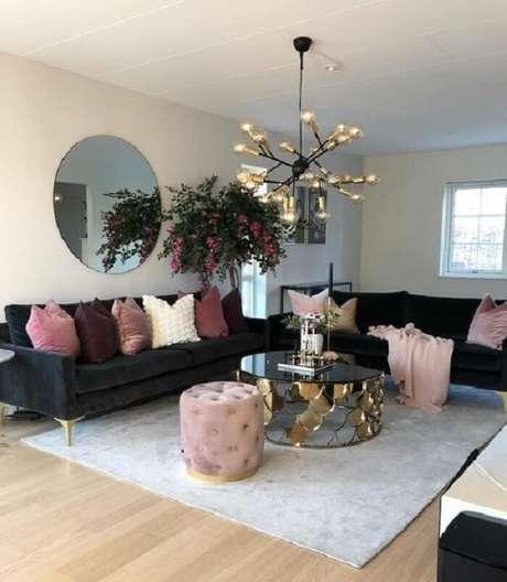 31. Tecido para sofá de veludo preto e pés dourados. Fonte: Pinterest