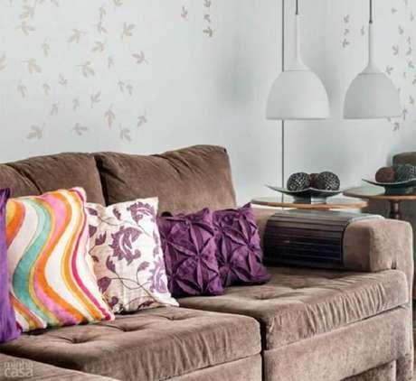 35. Tecido para sofá suede marrom e almofadas coloridas. Fonte: Minha Casa