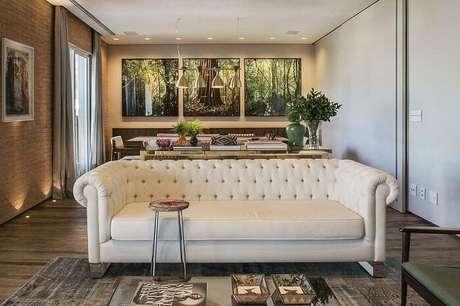 37. Tecido para sofá branco com encosto em capitonê. Projeto por Triplex Arquitetura