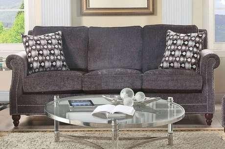 6. Tecido para sofá chenille grafite com almofadas estampadas. Fonte: Pinterest