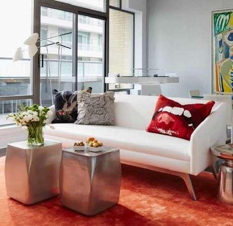 50. Tecido para sofá de couro branco traz elegância para o ambiente. Fonte: Pinterest