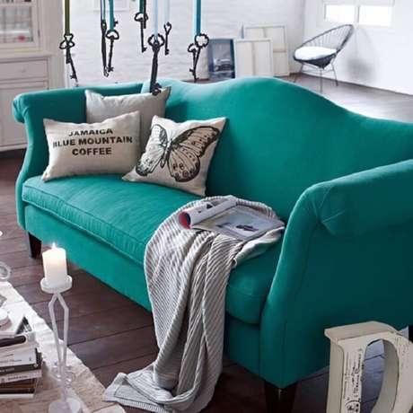40. Tecidos para forrar sofá de sarja azul turquesa. Fonte: Eu Capricho