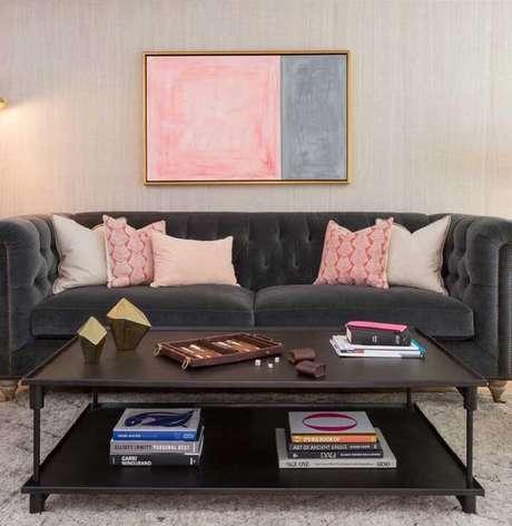 49. Tecido para sofá de veludo cinza com acabamento de capitonê. Fonte: Pinterest