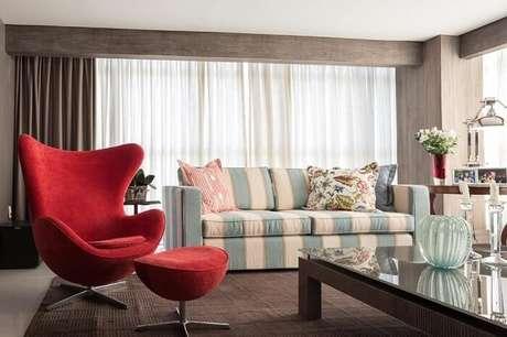 44. Tecido para sofá listrado nas cores branco e azul decoram a sala de estar. Projeto por Anne Báril