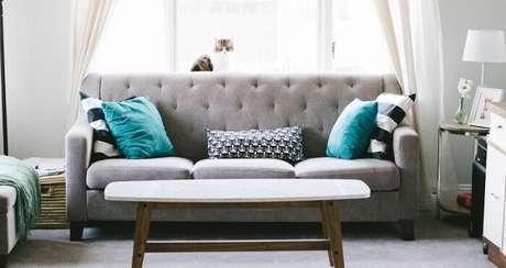 45. Tecido para sofá suede e mesa de centro de madeira. Fonte: Dicas para Casa