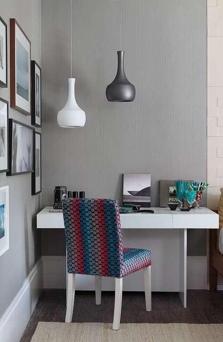 6. A escrivaninha é uma mobília obrigatória para o quarto de estudante. Fonte: Pinterest