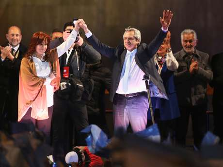 Chapa de Alberto Fernandez (direita) e da ex-presidente Cristina Kirchner é favorita a vencer as eleições na Argentina em 2019