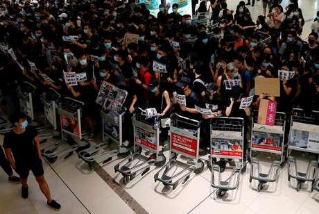 Manifestantes ocupam aeroporto internacional de Hong Kong 13/08/2019 REUTERS/Tyrone Siu