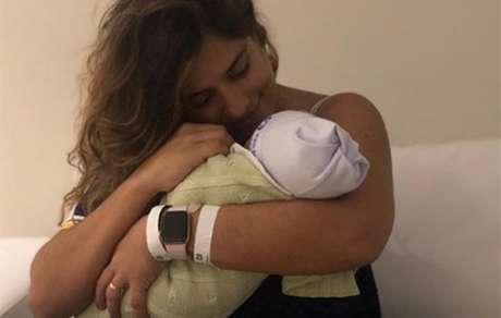 Camilla Camargo mostra o rosto do filho pela 1 vez Veja