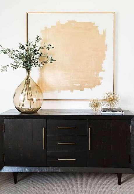 57. Os vasos decorativos muitas vezes são usados sobre aparadores e buffet e deixam um ambiente ainda mais bonito – Foto: BricoBistro