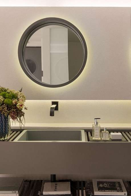 10. Até mesmo gabinetes de cozinha ficam bem na cor fendi. Foto: Decor Fácil