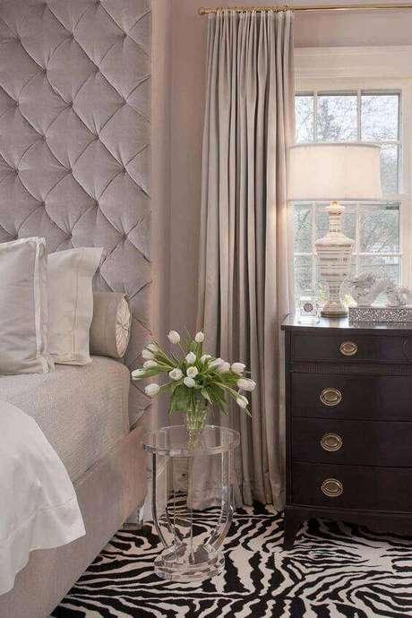 19. A cabeceira de cor fendi pode combinar com a cortina de mesma tonalidade. Foto: Decor Fácil