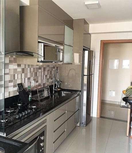 28. Esta cozinha é um exemplo ótimo do equilíbrio oferecido pela cor fendi. Foto: Instagram