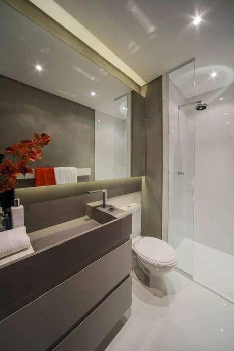 36. Banheiros usam muito a cor fendi como elemento. Foto: Deko Stile