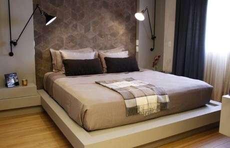 50. A roupa de cama na cor fendi contribui muito para o equilíbrio de uma cama. Foto: Casa e Construção