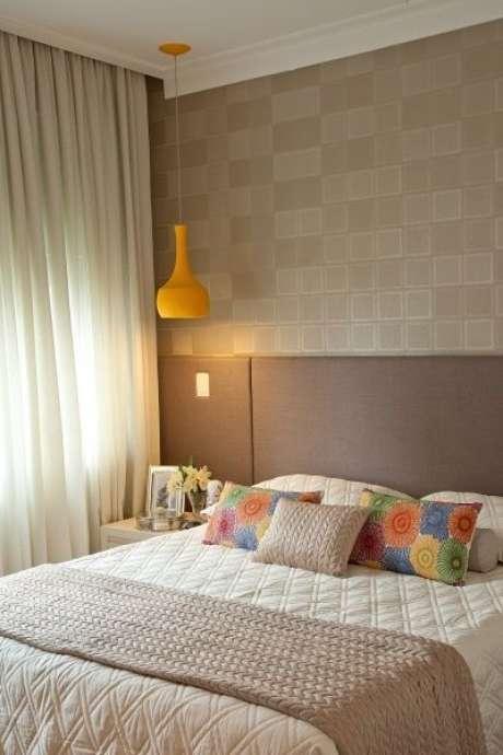 52. As flores do travesseiro deste quarto contrastam muito bem com a cor fendi da roupa de cama. Foto: Elo7