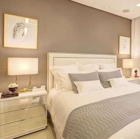 54. Um quarto clássico costuma ter parede de cor fendi. Foto: Elo7