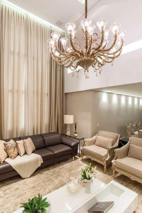 8. A cortina de cor fendi faz toda a diferença nesta sala. Foto: Homify