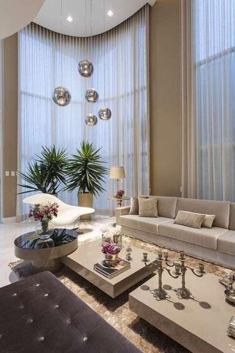 58. Esta sala de estar clássica ganha muito em luxo com as paredes fendi. Foto: Tua Casa