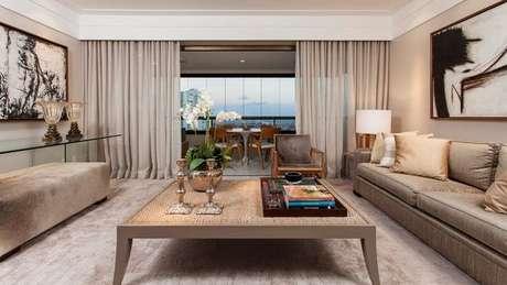 59. Esta sala de estar contrasta o fendi com elementos quentes. Foto: Decor Salteado