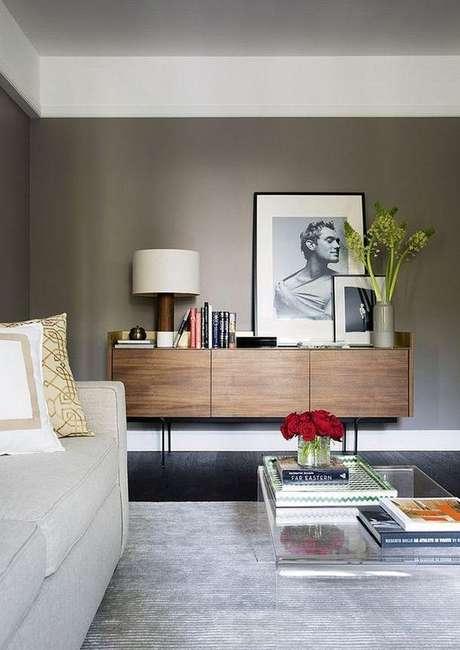 63. As flores ganham destaque em uma ambiente com parede de cor fendi. Foto: Elo7