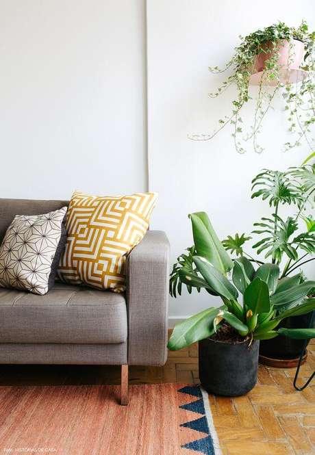 71. A cor fendi oferece mais espaço para outras coisas chamativas, como plantas e demais objetos. Foto: Histórias de Casa
