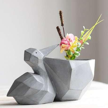 22. Alguns modelos de vaso decorativo possuem design bem moderno e divertido como esse de pássaro