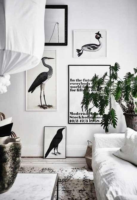 12. Decoração clean com quadros decorativos com moldura preta e branca – Foto: Pinosy