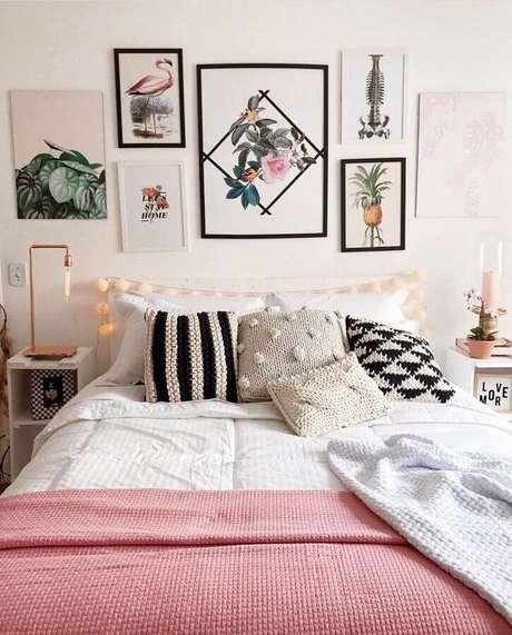 14. Decoração com quadros decorativos para quarto feminino com almofadas de crochê – Foto: Pinterest