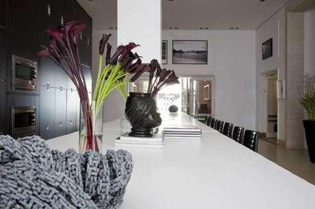 13. Decoração com modelos diferentes de vaso para mesa de jantar