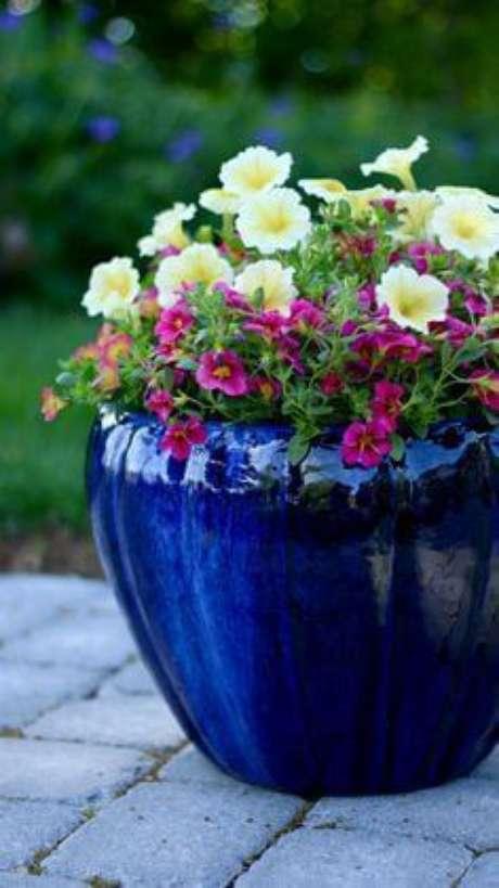 34. Use plantas coloridas para combinar com o seu vaso vietnamita – Por: Pinterest