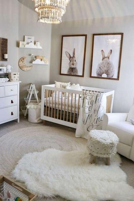 15. Decoração em tons neutros com dois tapetes e quadros decorativos para quarto de bebê – Foto: Pinterest