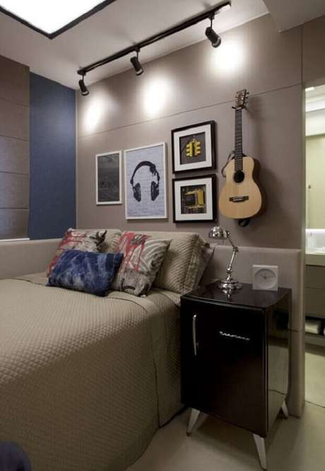 16. Decoração em tons neutros com quadros decorativos para quarto com spots de luz – Foto: Pinterest