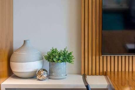 36. Os vasos decorativos também são ótimos para decoração de escritórios