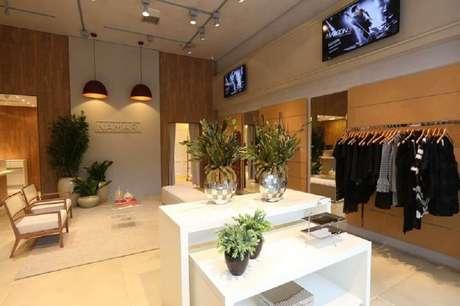 21. Inspiração de loja decorada com vasos decorativos espelhados