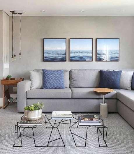 20. Decoração moderna com quadros decorativos para sala cinza com sofá de canto e pendentes minimalistas – Foto: Webcomunica