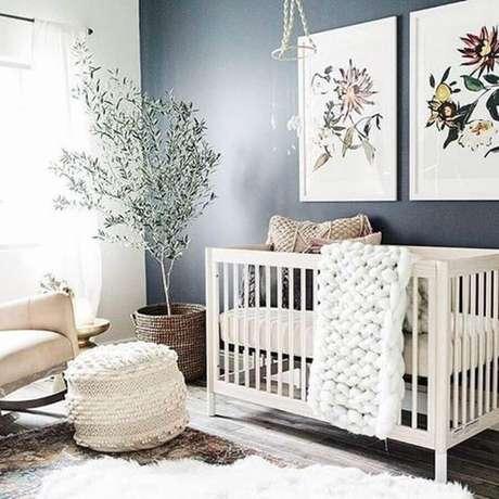 22. Decoração neutra com quadros decorativos para quarto de bebê com parede preta e vaso grande – Foto: Pinterest