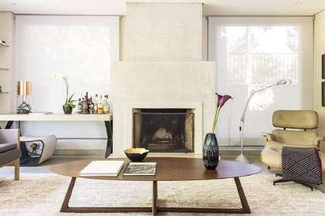 35. Decoração de sala de estar com vaso decorativo