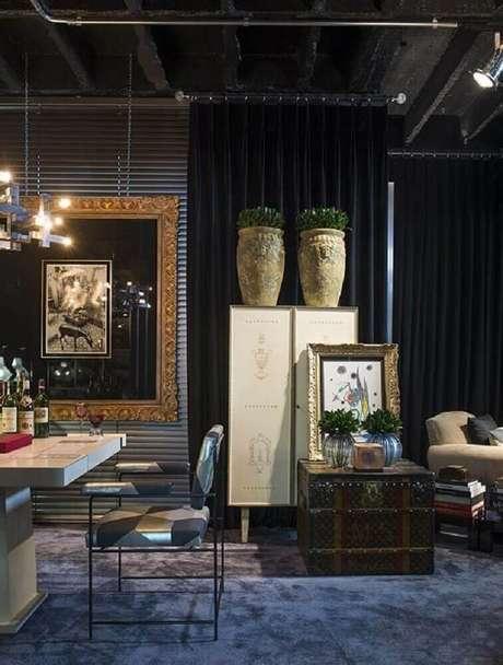 37. Sala de estar com decoração mais intimista com vasos decorativos