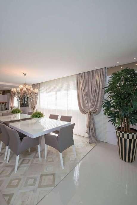 39. Essa sala recebeu um vaso para mesa de jantar pequeno e um outro vaso decorativo bem grande e listrado