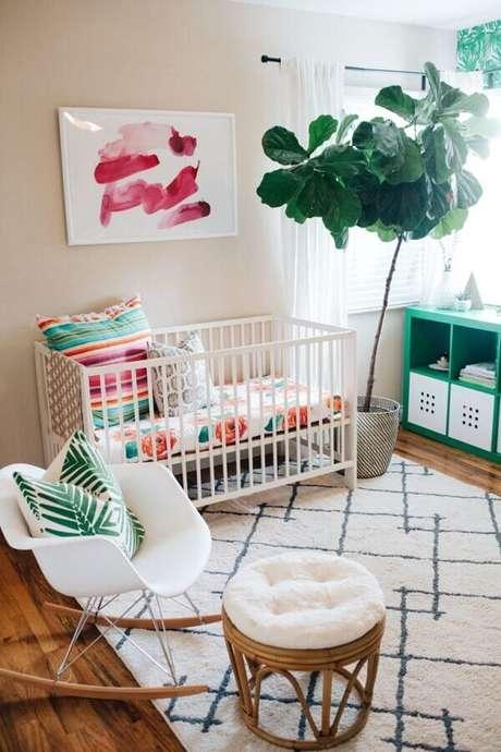 24. Decoração simples com quadros decorativos para quarto de bebê com vaso grande e cadeira de balanço – Foto: Pinterest