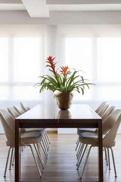 12. Decoração com vaso para mesa de jantar com design mais simples e rústico.