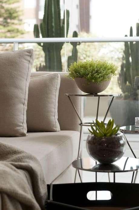 41. Modelos de vasos decorativos para sala em mesa de canto